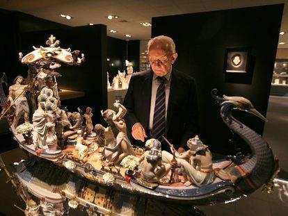 Juan Lladró, ante la figura más valiosa de la colección, en la Ciudad de la Porcelana de Tavernes Blanques, en 2012.