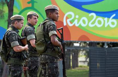 Soldados junto a la Villa Olímpica de Río.
