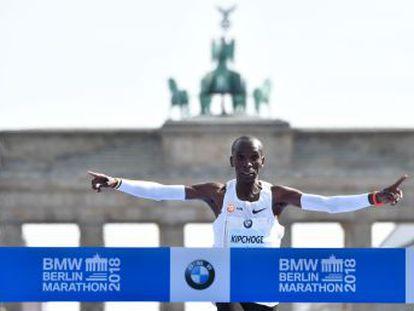 El keniano corre la prueba en 2h 1m 39s, el primer récord mundial por debajo de las 2h 2m, rebajando en 1m 18s la anterior plusmarca