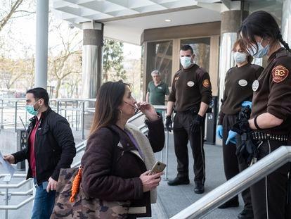 Miembros de seguridad del Juzgado de Plaza Castilla denegando la entrada a dos personas que querían acceder al edificio.