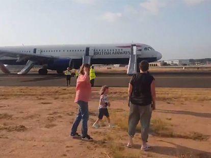 Imagen del avión de British Airways en la pista de aterrizaje de Valencia tras el aterrizaje forzoso. En vídeo, uno de los pasajeros graba el aterrizaje.