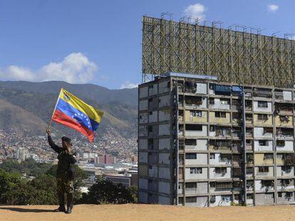 Un militante prochavista ondea una bandera venezolana en Caracas.
