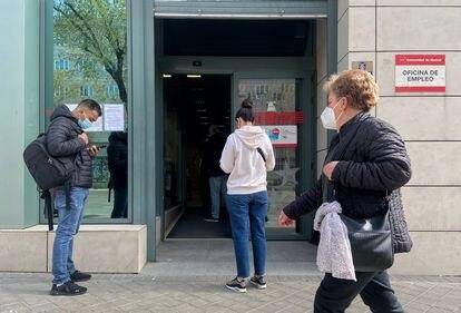 Varias personas esperan a que llegue su turno para entra en una oficia de empleo pública en Madrid.