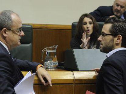 Joseba Egibar y Borja Sémper conversan en una sesión plenaria en el Parlamento vasco.