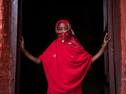 Saada (nombre ficticio) vive con sus hermanos, padres y abuelos paternos en una casa tradicional harari en la ciudad amurallada de Harar, en el este de Etiopía. Asiste a un club en su escuela, que permite a las niñas y los niños hablar abiertamente sobre cuestiones femeninas, desde el matrimonio infantil y la mutilación genital hasta la menstruación o la falta de agua y saneamiento.