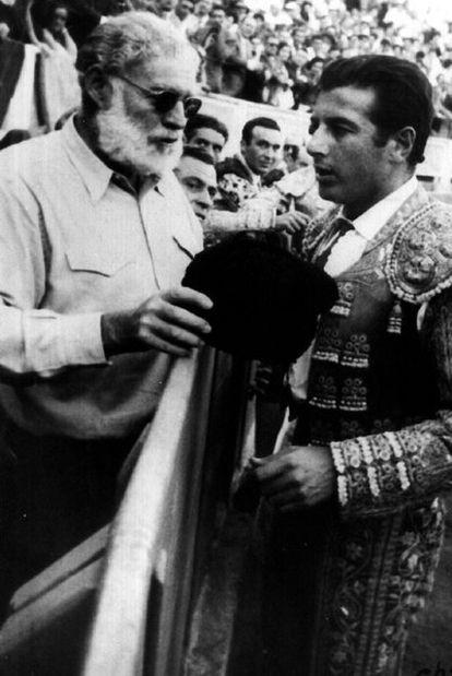 Hemingway charla con el torero Antonio Ordóñez durante una corrida.