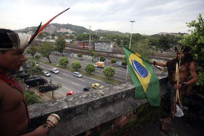 Indígenas se preparan para resistir un desalojo de la policía este sábado en el Museo de Indio en Río de Janeiro (Brasil).