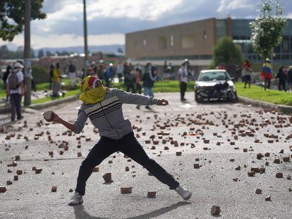 Un manifestante lanza una piedra durante las protestas en Bogotá,  el pasado 29 de junio.