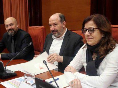 Saül Gordillo, Vicent Sanchis y Núria LLorach en la comparecencia en la comisión de la CCMA del Parlament.