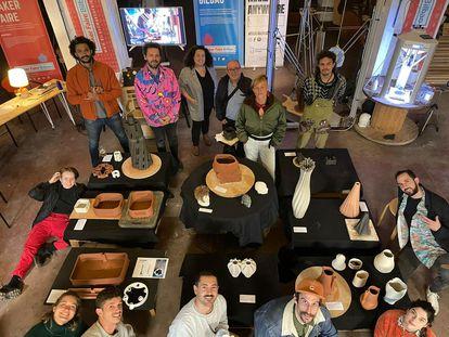 Los participantes, junto a sus proyectos, de la Maker Faire de Bilbao.