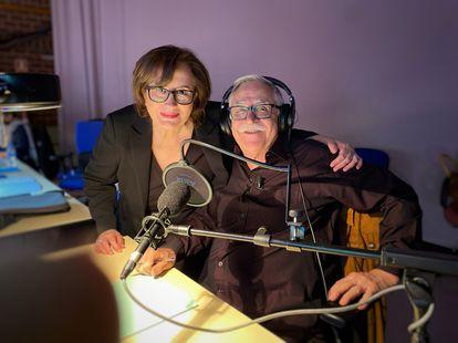Elisenda Roca y Huangjo Cardenal posan juntos en el set de Know and Win.  RTVE