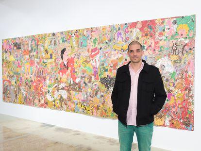 Camilo Restrepo junto a su obra 'Bowling For Medellín' en 2015.