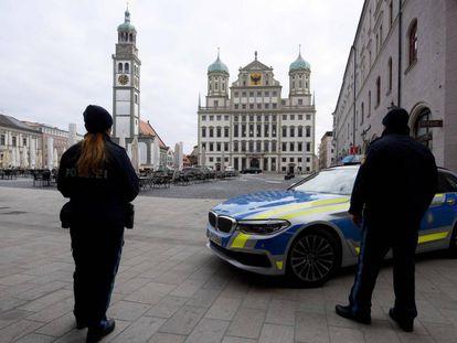 Dos policías, frente al Ayuntamiento de Augsburgo, al sur de Alemania.
