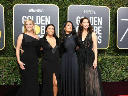 Desde la izquierda, Reese Witherspoon, Eva Longoria, Salma Hayek y Ashley Judd, en la entrada a los Globos de Oro.