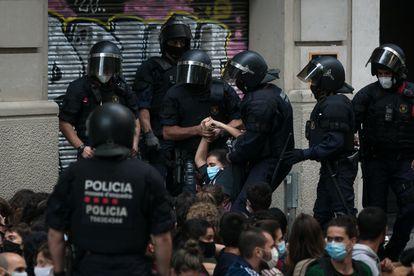 Agentes del área de recursos operativos (ARRO) actúan para permitir un desahucio en el Eixample de Barcelona.