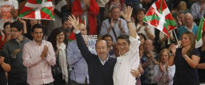 El secretario general del PSOE, Alfredo Pérez Rubalcaba, con el 'lehendakari', Patxi López, ayer en Vitoria.