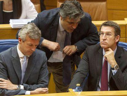El portavoz del PP, Pedro Puy (de pie), entre Rueda y Feijóo