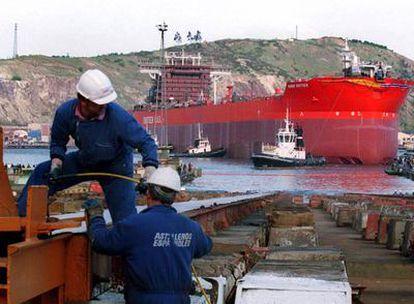 Trabajadores de La Naval, en Sestao, durante la botadura de un buque.