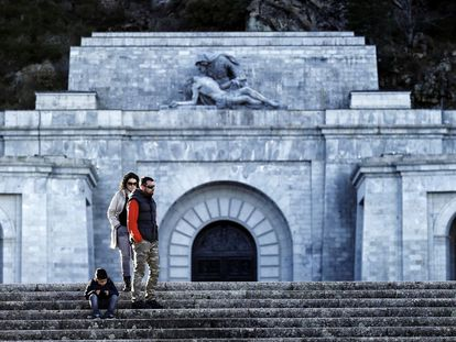 Una familia realizando una visita turística en el Valle de los Caídos.