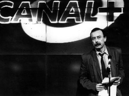 Juan Cueto, en la presentación de la programación oficial de Canal + en la Asociación de la Prensa de Madrid, en 1990.