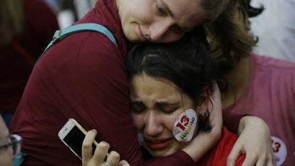 La reacción de los partidarios del candidato del Partido de los Trabajadores, Fernando Haddad, tras el anuncio de la victoria de Jair Bolsonaro en las elecciones presidenciales de Brasil.