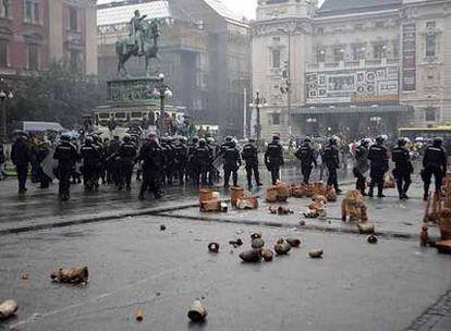 La policía serbia toma el control de una céntrica plaza de Belgrado tras un enfrentamiento con partidarios de Radovan Karadzic.