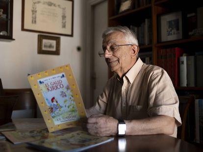 Antonio Rodríguez Almodóvar, en su casa de Sevilla, con el cuento 'El gallo Kiriko'.