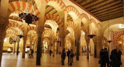 Interior de la Mezquita-Catedral de Córdoba, en una visita nocturna.