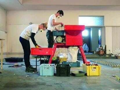 La economía circular, conectando la producción local con la global, es uno de los temas en los que el festival pone el foco: el diseño es el responsable de imaginar objetos cuya vida no acabe en el vertedero, sino que adquieran nuevos usos.