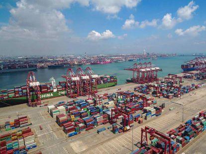 Contenedores almacenados en el puerto chino de Qingdao, en el este de China, este mes.
