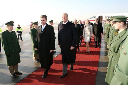 El rey Juan Carlos, durante una visita oficial a Alemania en 2006. En la delegación española que acompañaba al Monarca se encontraba Corinna Larsen.