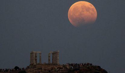 Eclipse lunar parcial junto al templo de Poseidón, en el cabo de Sunión (Grecia).