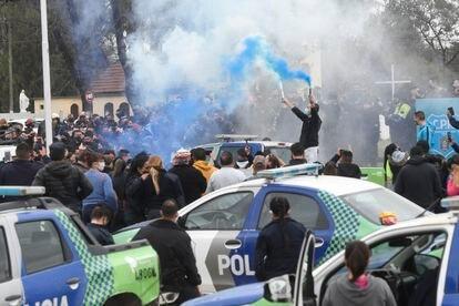 Efectivos de la policía de la provincia de Buenos Aires protestan frente a la sede de la fuerza en La Matanza.