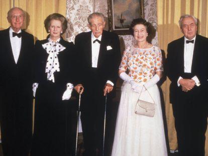 James Callaghan, Sir Alec Douglas-Home, Margaret Thatcher, Harold MacMillan, Harold Wilson y Edward Heath junto a la reina Isabel II, en 1985.