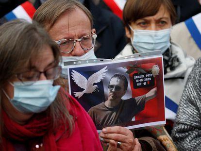 Un manifestante muestra una foto del profesor Samuel Paty, en la protesta de este domingo en Lille.