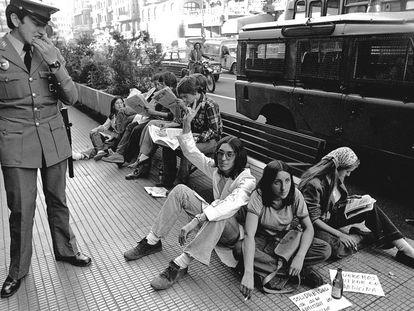 Varios estudiantes no admitidos en Medicina en la Universidad Complutense se encadenaron en plena Gran Vía de Madrid en 1976.