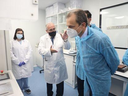 El ministro Pedro Duque (derecha) visita una nueva factoría de la empresa Algenex en la localidad madrileña de Tres Cantos, el 24 de septiembre.