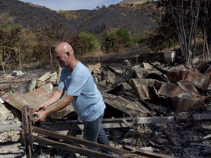 Un residente británico en Mijas revisa los restos de su casa.