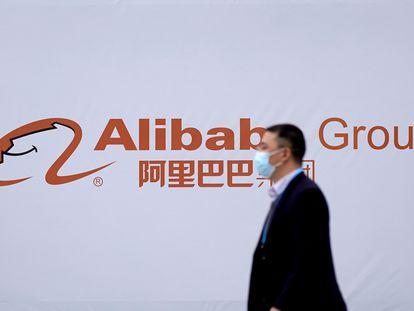 Un hombre pasa frente al logo de Alibaba en Wuzhen (China), en noviembre.