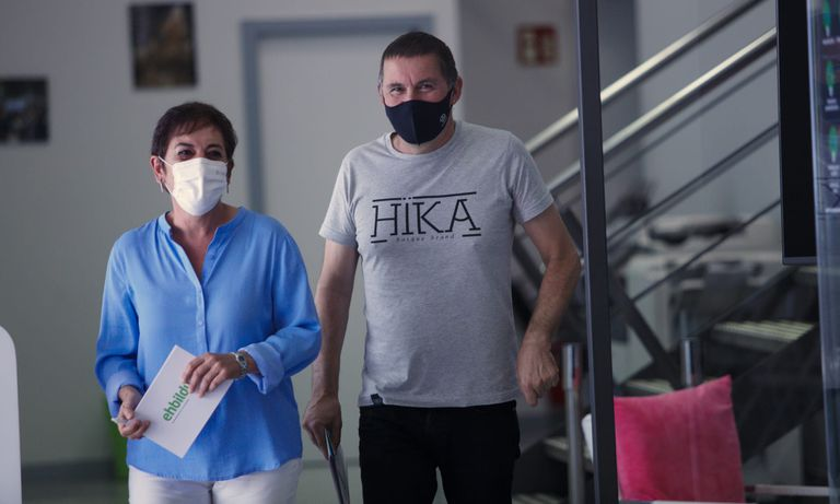 Mertxe Aizpurua y Arnaldo Otegi entran a la sala de prensa de su sede en San Sebastián.