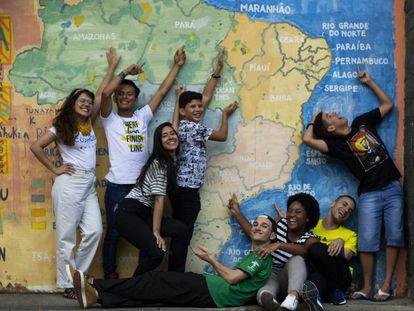 Vitor Zanellato (abajo, de verde), fundador de 'Plantando el futuro', con otro grupo de jóvenes de AYC Brasil.
