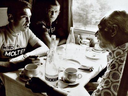 Félix Lévitan, a la derecha, frente a Eddy Merckx durante un traslado en tren.