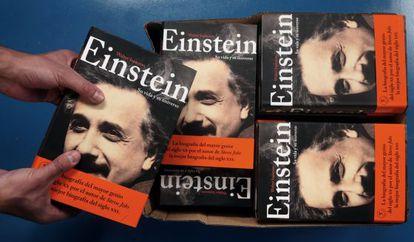 Portadas del libro 'Einstein, su vida y su universo'.