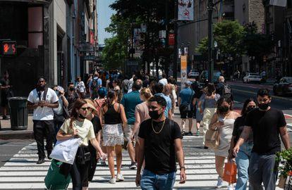 Una multitud camina en una calle de Nueva York, el pasado 7 de junio.