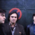 Álvaro, Javier y Enrique Urquijo (Los Secretos), en la entrada del local Tablada, en 1982.