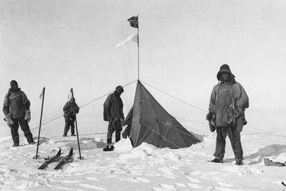 Robert F. Scott (a la izquierda), con sus compañeros junto a una tienda de campaña dejada por el grupo de Roald Amundsen.