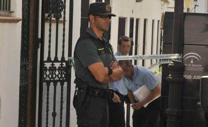 Agentes de la Guardia Civil en la puerta de la casa del detenido.