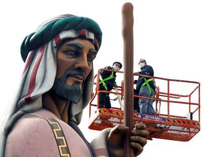 Técnicos de un gabinete de arquitectura miden la altura del San José de Alicante.