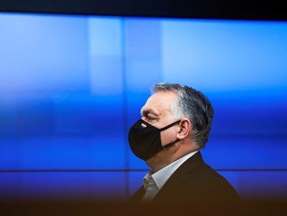 El primer ministro húngaro, Víktor Orban, abandona la cumbre de Bruselas, el 11 de diciembre de 2020.
