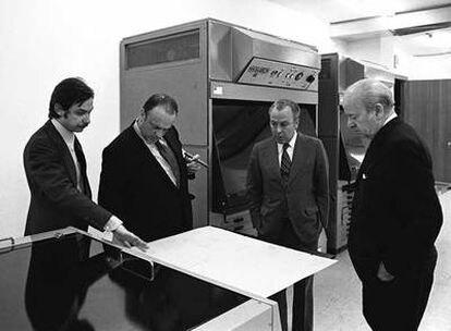 Juan Luis Cebrián, Manuel Fraga, Jesús de Polanco y José Ortega Spottorno observan la maquinaria de preimpresión de EL PAÍS antes de la salida del periódico.